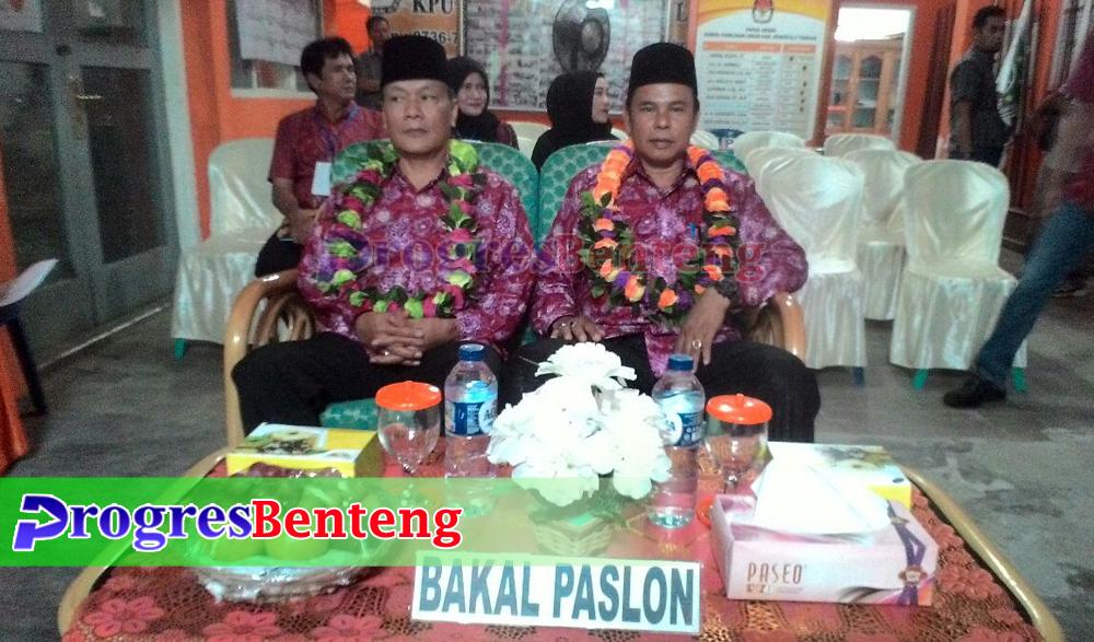 Bakal Paslon dipersilakan KPU menempati tempat duduk sembari KPU melakukan verifikasi administrasi berkas pendaftaran