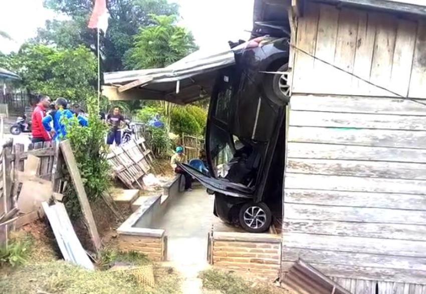 Mobil tabrak rumah