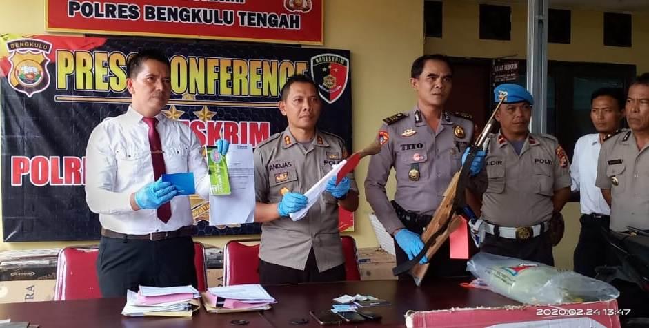 Polisi memperlihatkan barang bukti